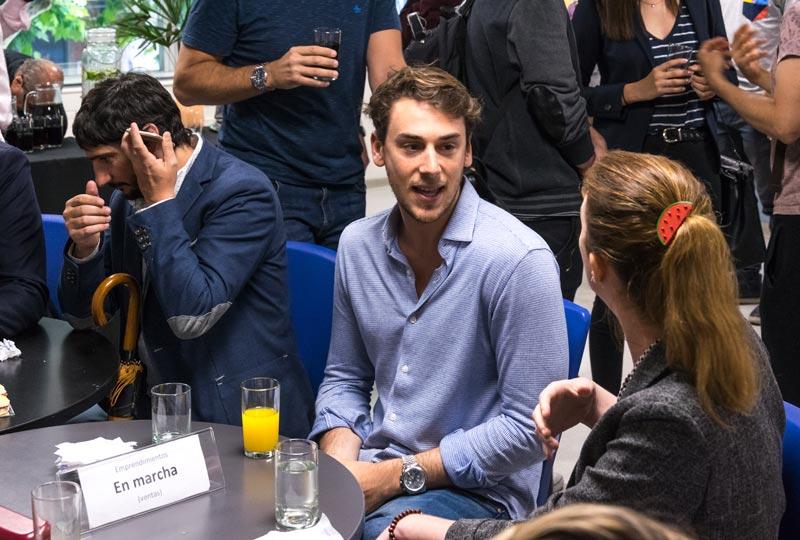 grupo de jovenes charlando en evento de cedex