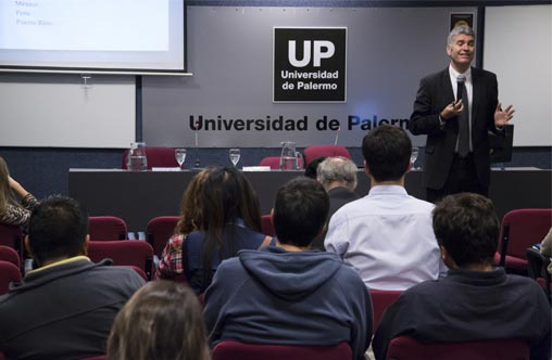 Justin Brooks brindó una conferencia en la UP