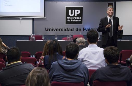 Justin Brooks brindó una conferencia en la UP
