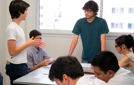 Miembros de la Sociedad de Debate en acción