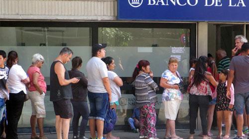 A contramano de la región, la mitad de los argentinos aún no tiene cuenta bancaria
