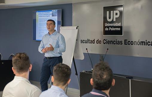 El Dr. Andreas Antonopoulos, rector de la University of New York in Prague, disertó en la UP sobre startups