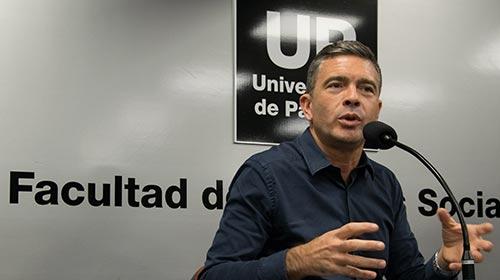 El periodista Pablo Rossi dio una charla a los estudiantes sobre periodismo radial en el siglo XXI
