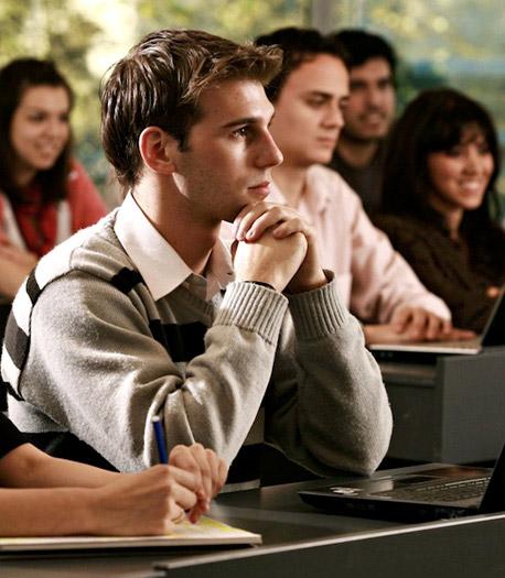 Contador Público en sesion de estudios