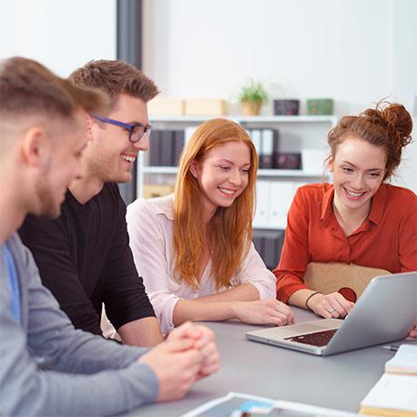 Estudiantes de administración de sistemas y empresas en sesión de estudio