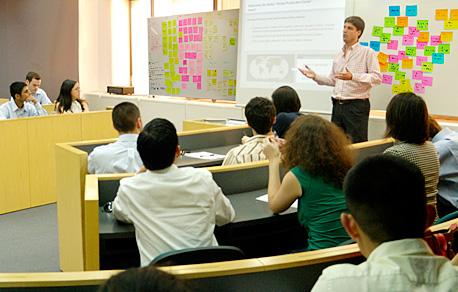 Estudiantes y profesor en una clase de la licenciatura en administración