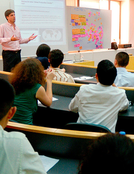 Lic. Comercio Internacional en sesion de estudios