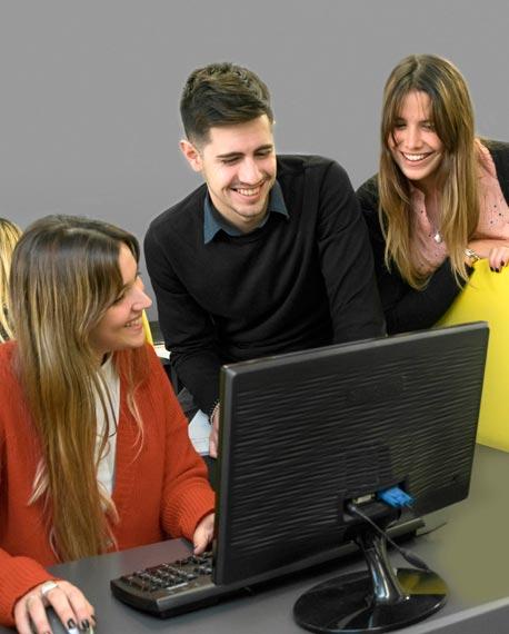 Lic. Comercialización:  Marketing y Publicidad en sesion de estudios